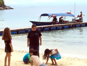A day on the beach at Bubbles: Peisee Hwang homeschooling her children with visitors, April 2017